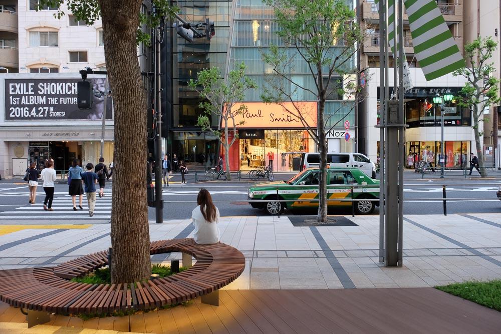 六本木の街路樹とタクシー
