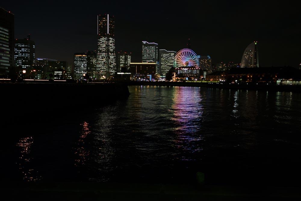 観覧車イルミと海の横浜夜景